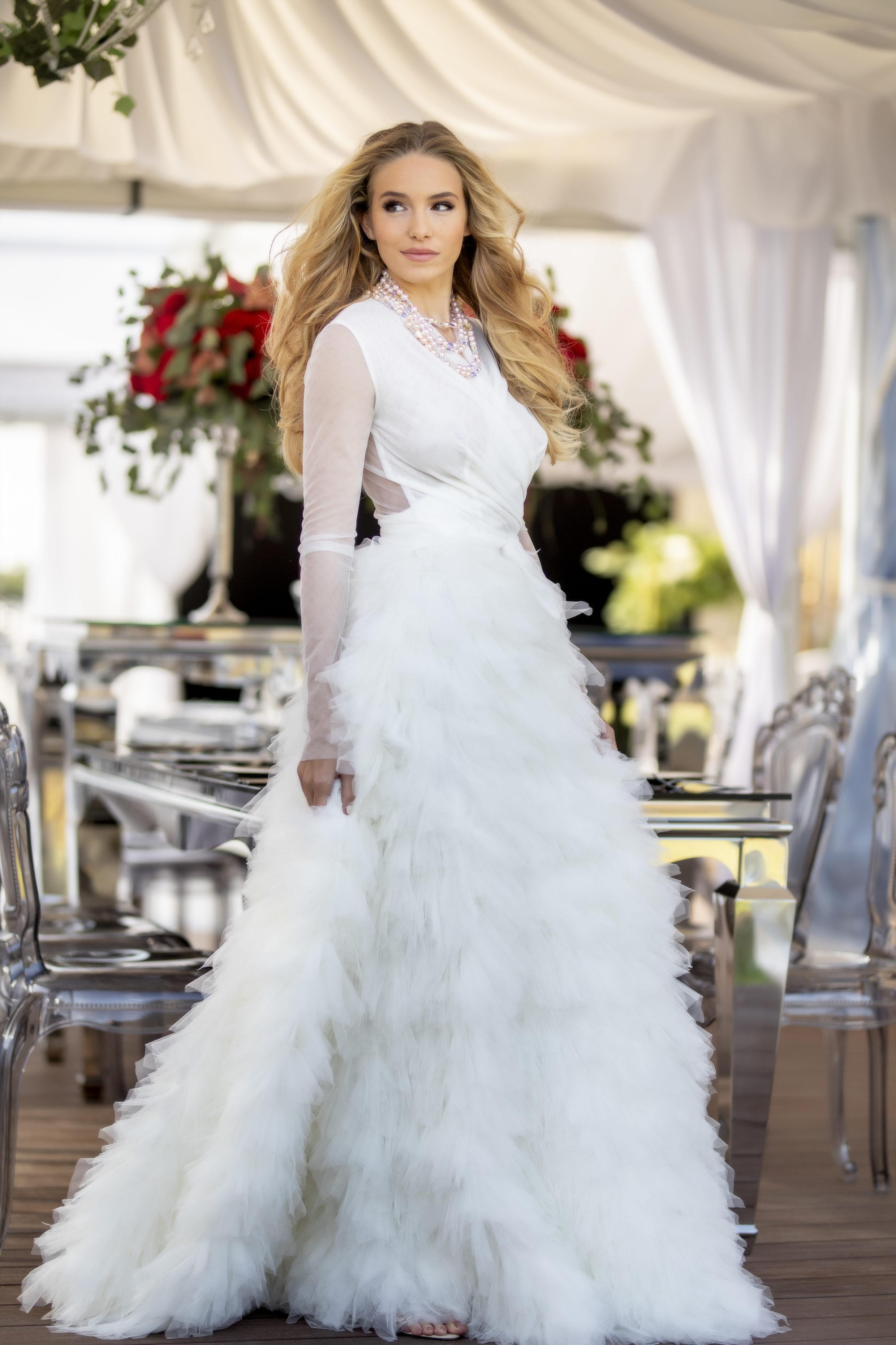 567994a3b9 Nincs könnyű dolga annak a menyasszonynak, aki elképzelés nélkül vág neki  az esküvői ruha kiválasztásának. Színben, fazonban, anyagban elképesztően  széles a ...