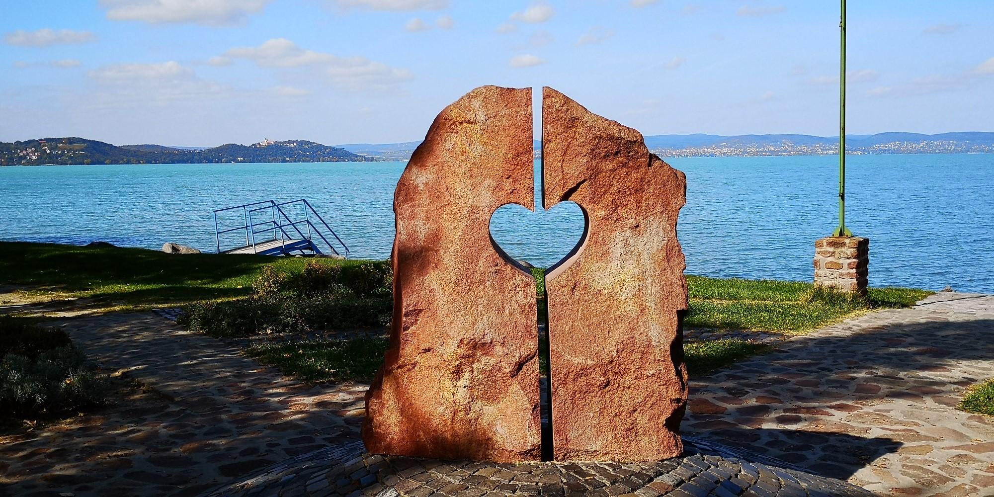 Zamárdi - Szív-emlékmű a parton (Fotó: Krausz Andrea)