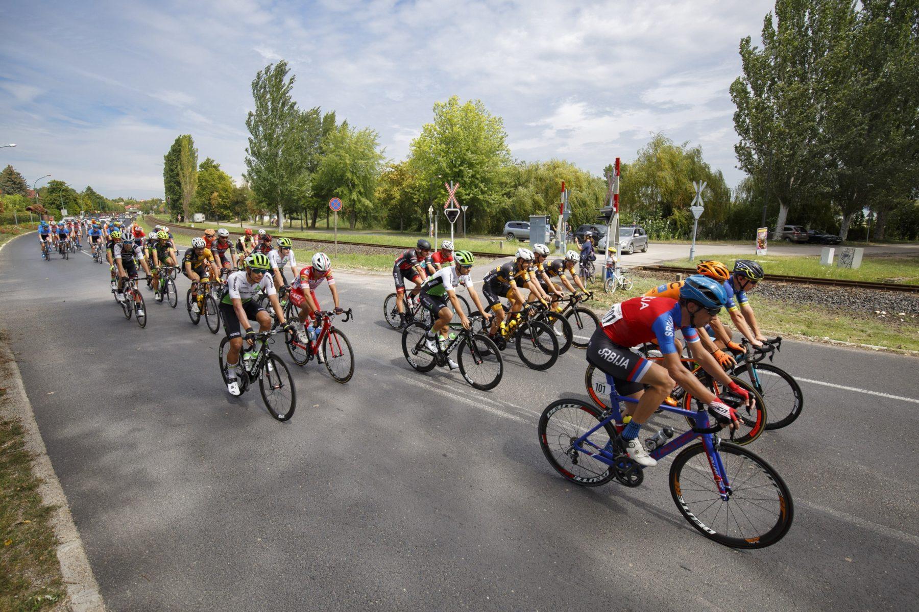 Versenyzõk a Tour de Hongrie országúti kerékpáros körverseny elsõ szakaszán Balatonalmádiban (MTI Fotó: Varga György)