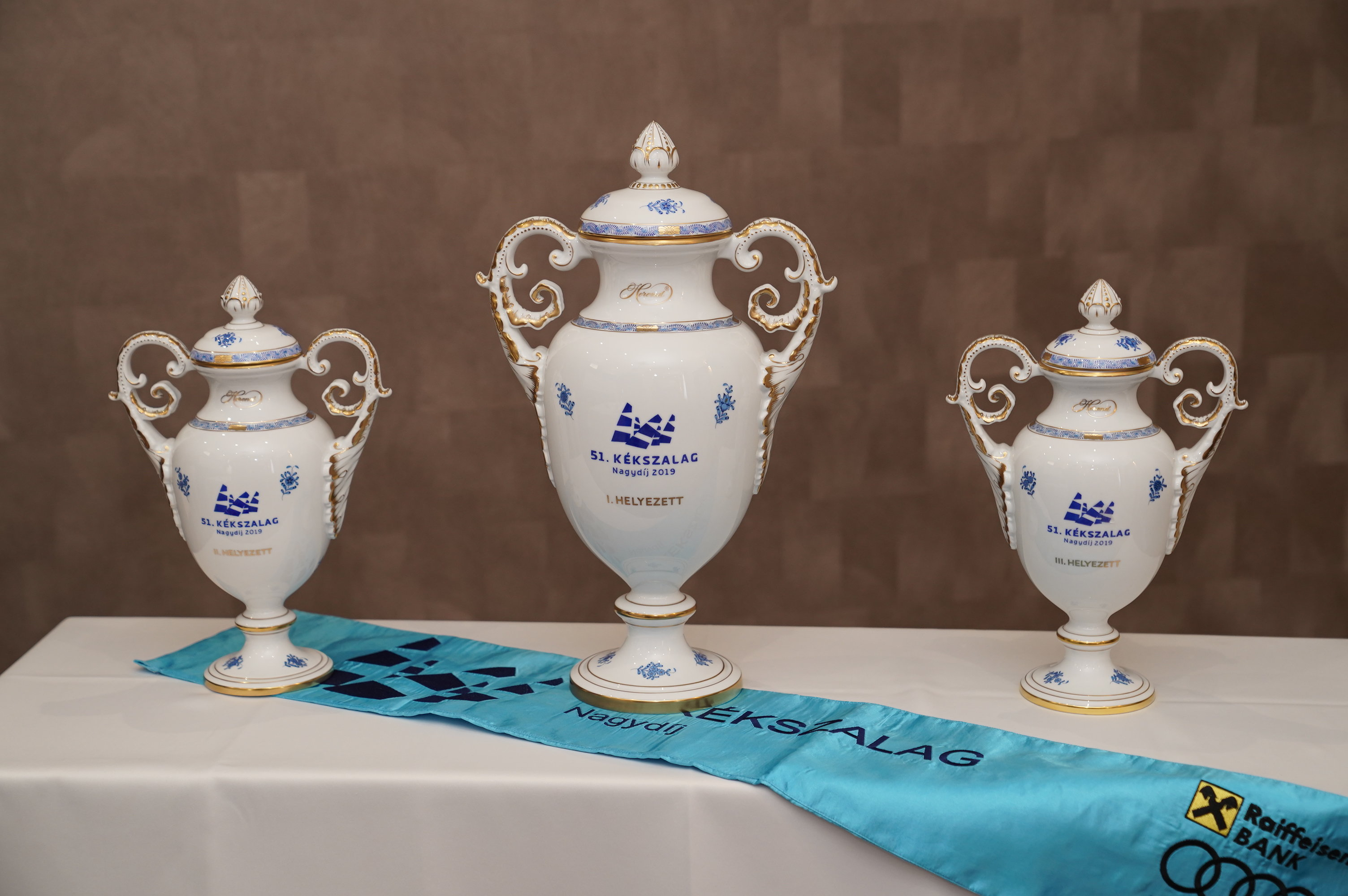 A Herendi Porcelánmanufaktúra kupáit emelhetik a magasba a győztesek Fotó: Kiss Attila / MVSz
