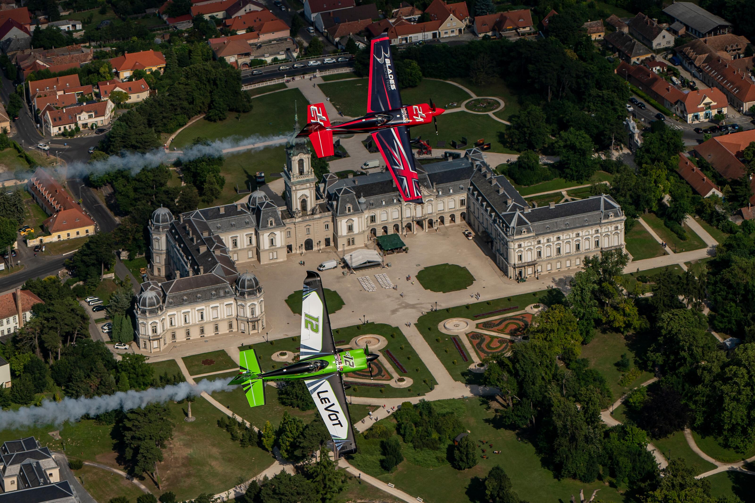 A Festetics-kastély fölött repül François Le Vot és Ben Murphy (Fotó: RBAR engedélyével)