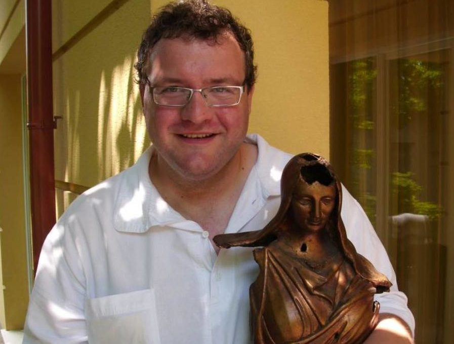 A Pogány Madonna szobor Bujtor Balázs kezében / Fotó: veol.hu - archív